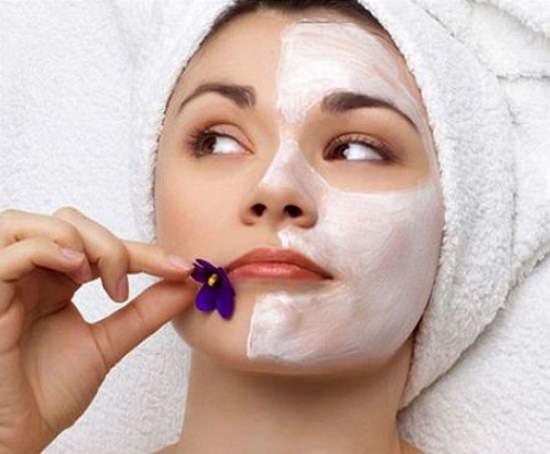девушка с ухаживающей маской на лице