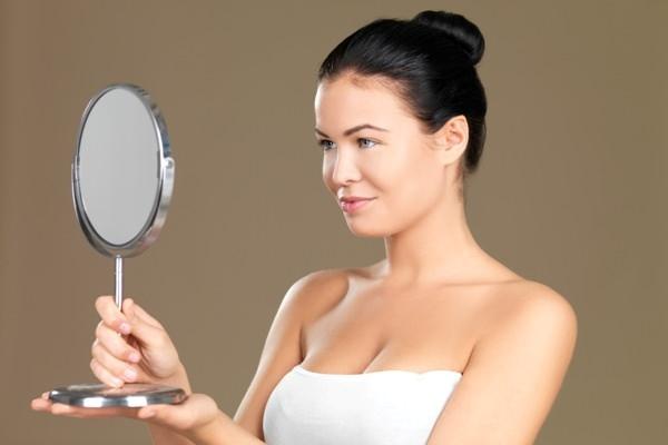 брюнетка с зеркалом в руках