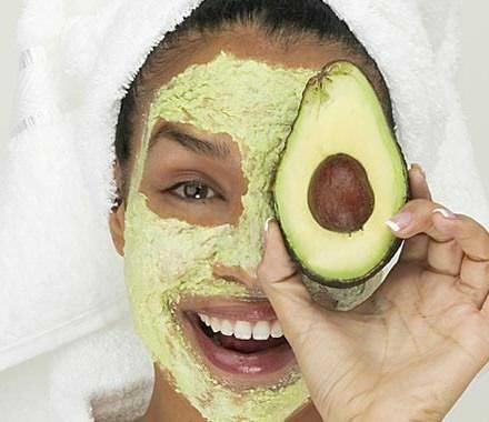 девушка с авокадо в руке смеётся
