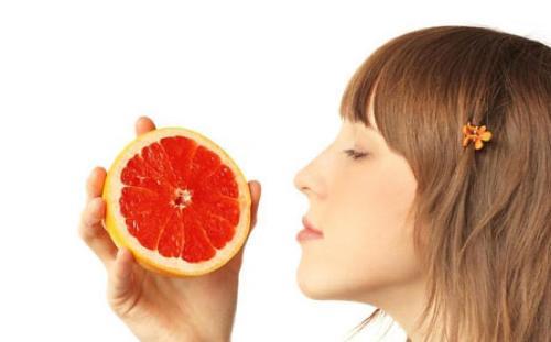 грейпфрут в руках