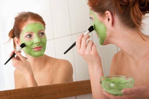 нанесение домашней маски кисточкой