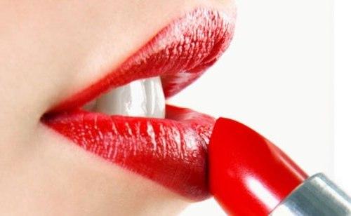 губы красят помадой