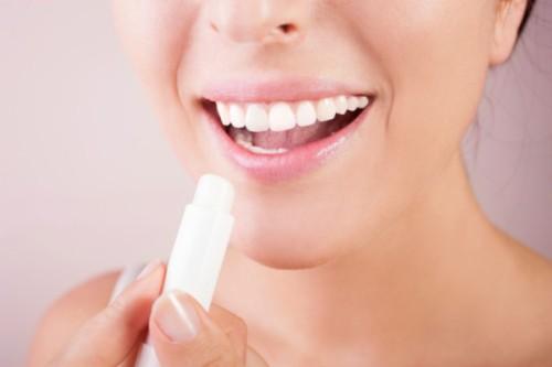 красивая улыбка с белыми зубками