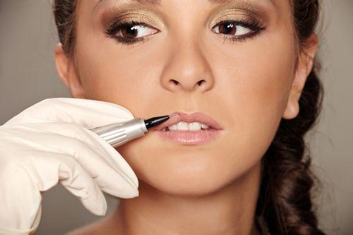 на процедуре нанесения перманентного макияжа