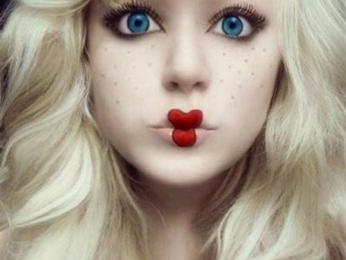 девочка с гримом куклы на Helloween