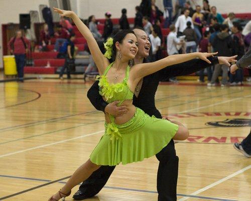 девушка в танцевальном платье салатного цвета