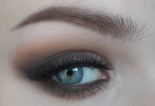 голубые глаза и чёткие брови