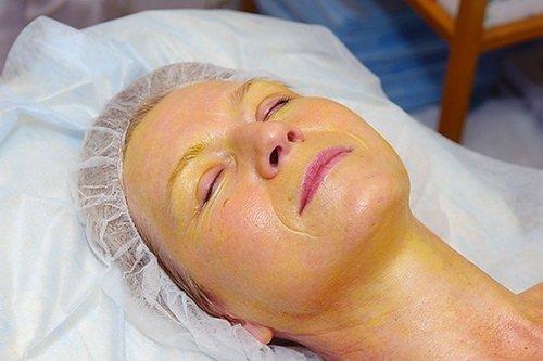 женщина проходит косметологическую процедуру