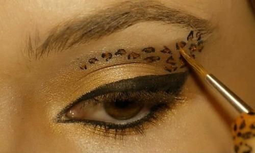 нанесение леопардового макияжа