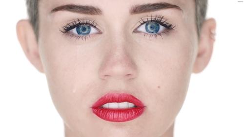 яркие красные губы и светлое лицо