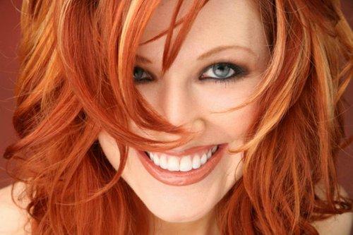 смеющаяся красивая женщина