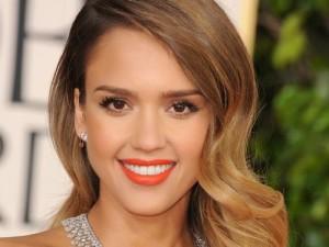 голливудская звезда с яркой косметикой на лице