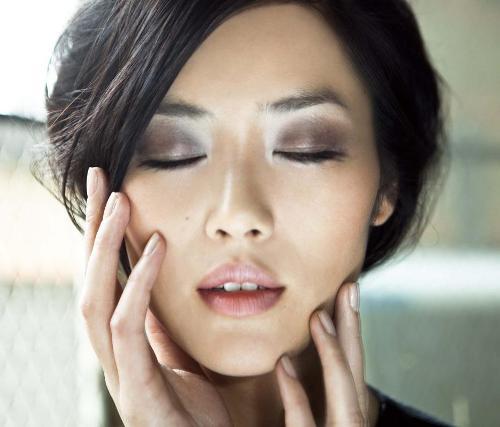 красивая японка с закрытыми глазами