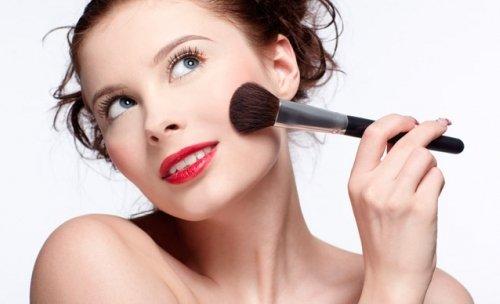нанесение макияжа на лицо круглой кистью