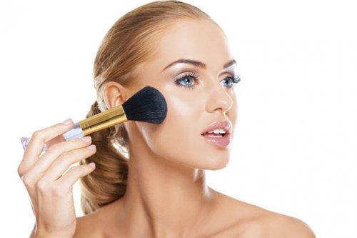 подрумянивание лица светловолосой блондинки при помощи макияжной кисточки