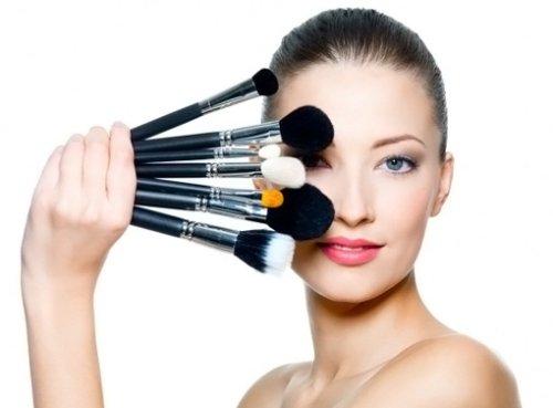 инструмент для макияжа в руках