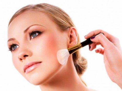 белая кисточка для макияжа