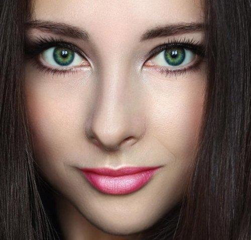 легкий мейкап зеленоглазой девушки с темными волосами