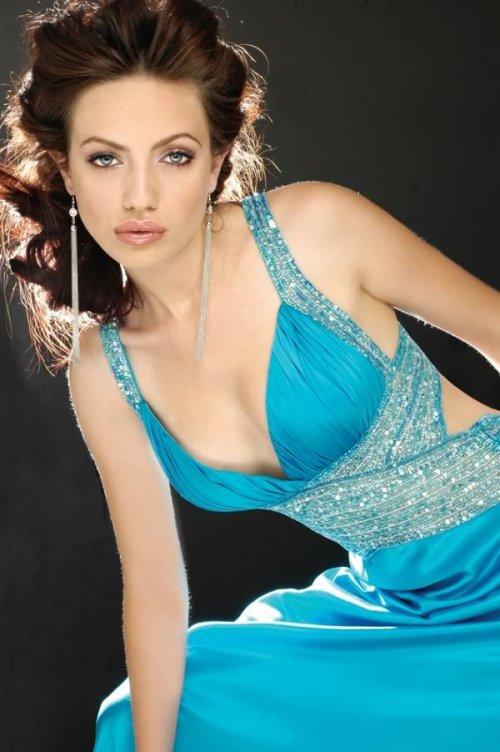 бежевый тон пудры на девушке в синем платье