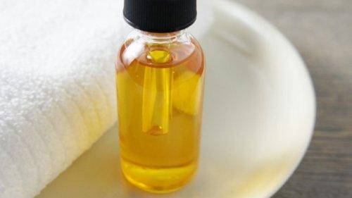 касторовое масло отлично подходит для улучшения роста ресниц