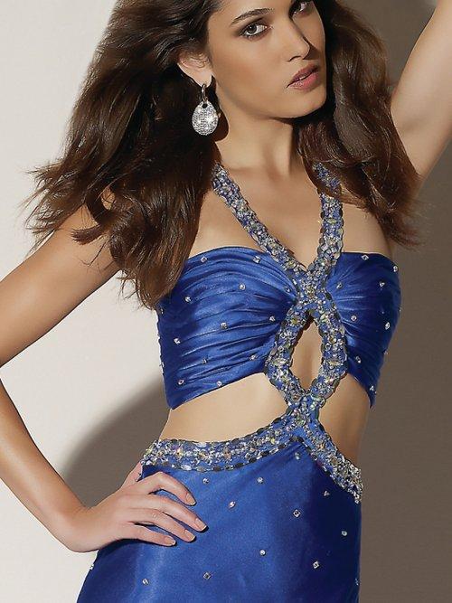 не яркий мейкап девушки в синем платье
