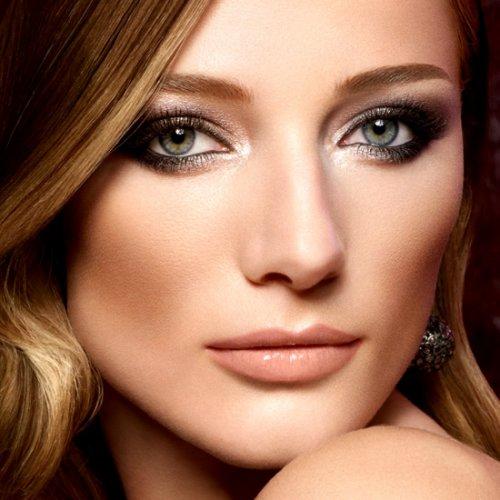 девушка с дымчатым макияжем на серо голубых глазах
