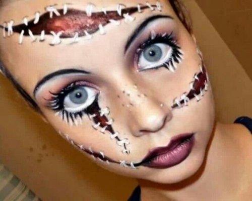 кукла с бордовыми губами на хеллоуин