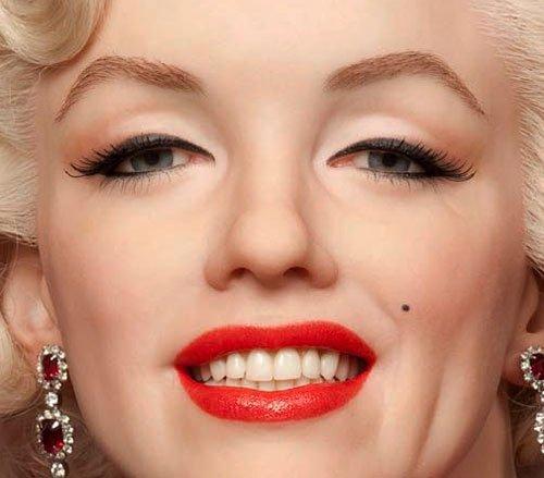 блондинка с ярко-красными губами
