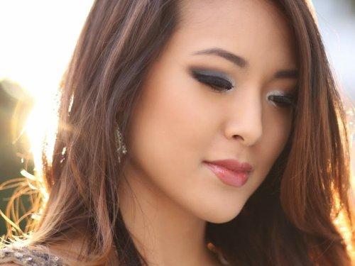 азиатка с красивым макияжем глаз