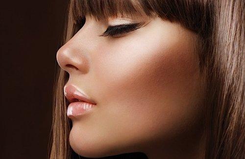 девушка с рассыпчатой пудрой на лице