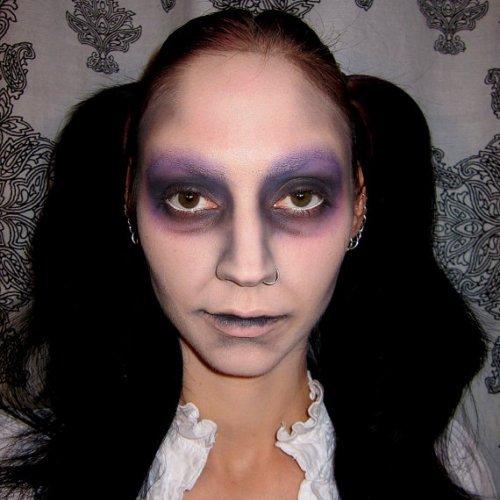 макияж куклы с сине-фиолетовыми пятнами на лице