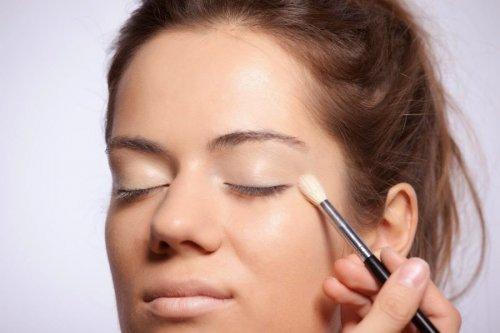 девушке накладывают макияж