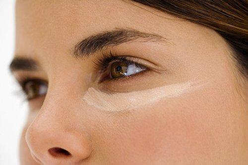 девушка с карими глазами пользуется маскирующей косметикой