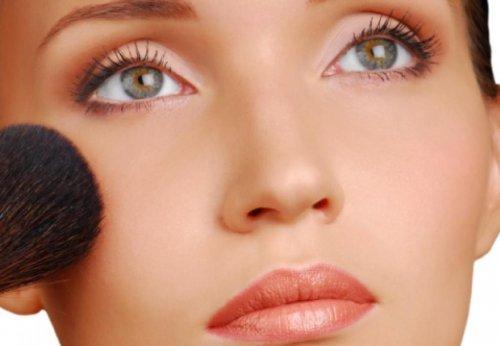 зелёные глаза девушки наносящей макияж кистью