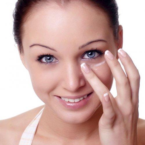 вбивание крема в кожу лица пальцами