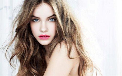 красавица с русыми волосами и естественным макияжем
