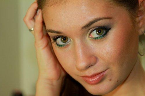 дневной макияж с зелёными тенями на веках