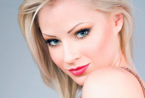 блондинка с алой помадой на губах