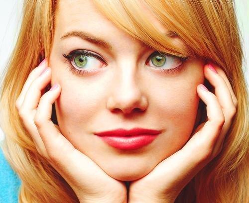красная помада в макияже рыжей девушки с зелеными глазами