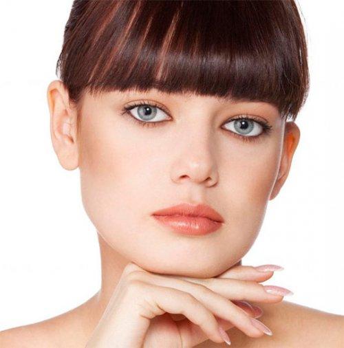 причёска светлоглазой молодой женщины