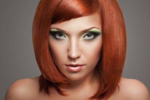 медно-рыжие волосы девушки