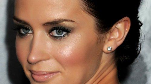 темноволосая девушка с серыми глазами