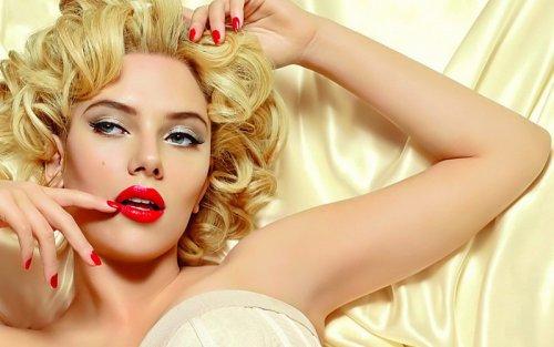блондинка с томным взглядом и красными губами