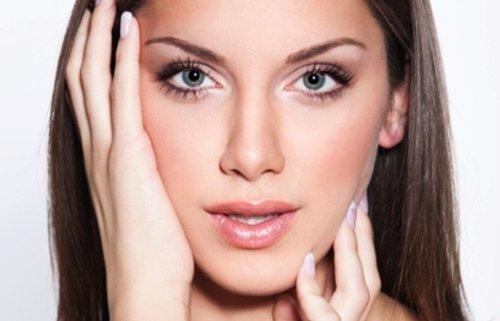 красивый макияж глаз молодой женщины