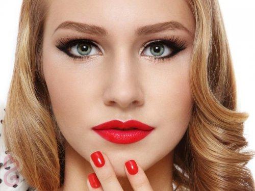 макияж светловолосой девушки с зелеными глазами