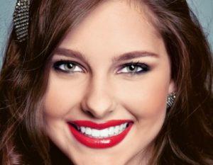 макияж девушки с красными губами с миндалевидными глазами