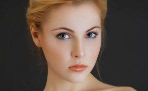естественный цвет губ выделяет глаза