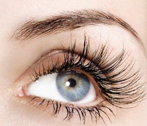 изогнутая бровь над голубым глазом