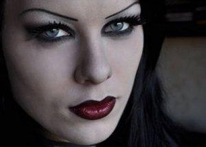 лицо должно быть бледным губы тёмными
