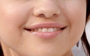 пухленькие губы селены гомес с блеском